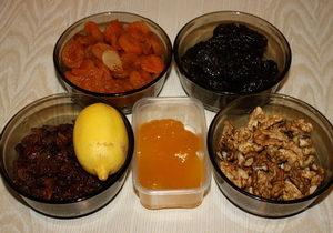 Курага, изюм, мёд, орехи - рецепт смеси для иммунитета