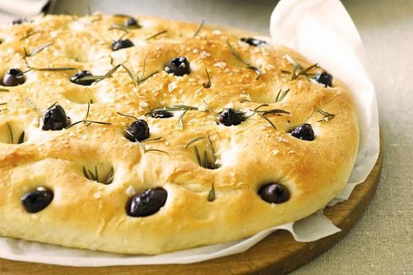 Традиционная итальянская фокачча с оливками и розмарином